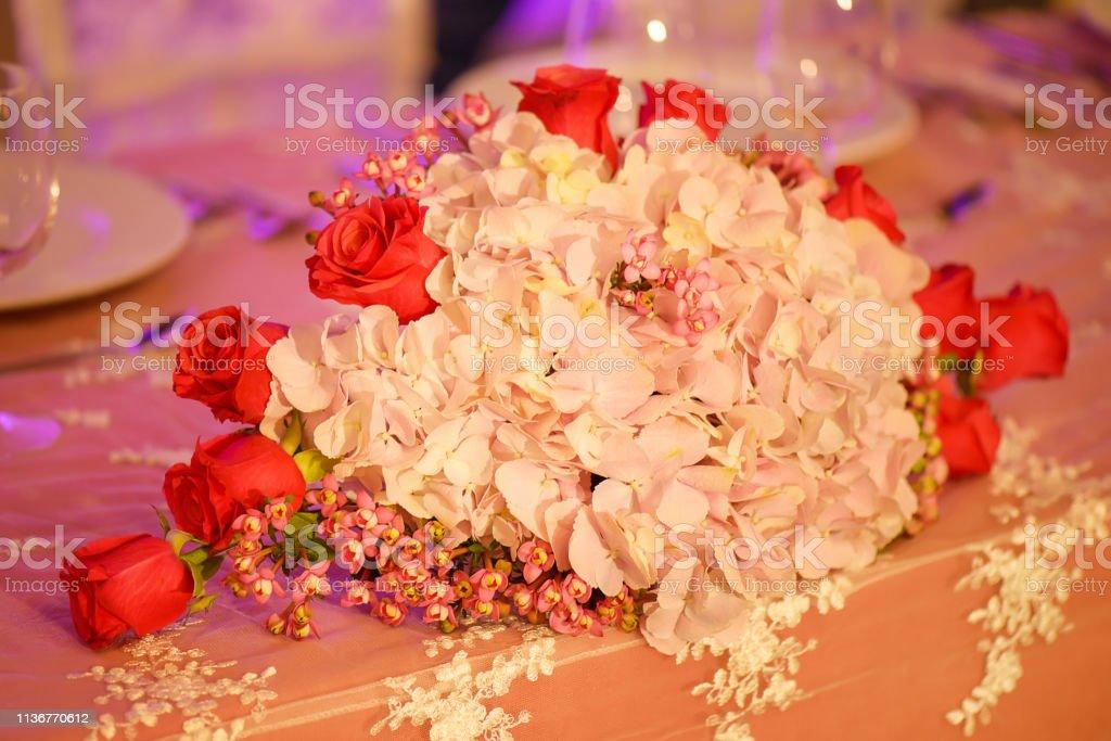 Arreglo Floral Con Clase En Un Ramo Ovalado De Color Pastel