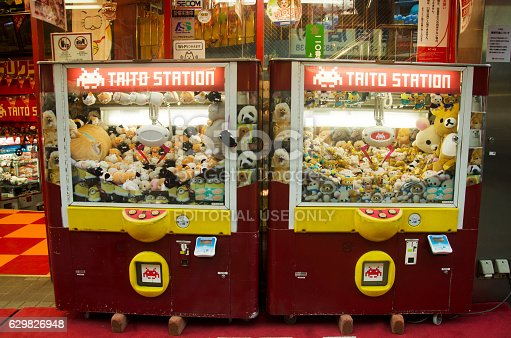 istock Claw Game or cabinet catches the doll 629826948