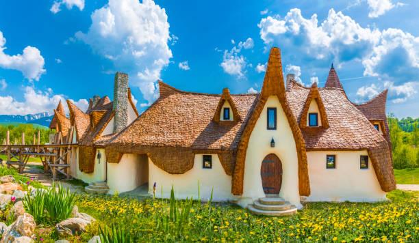 clay castle, porumbacu dorf - hobbit häuser stock-fotos und bilder