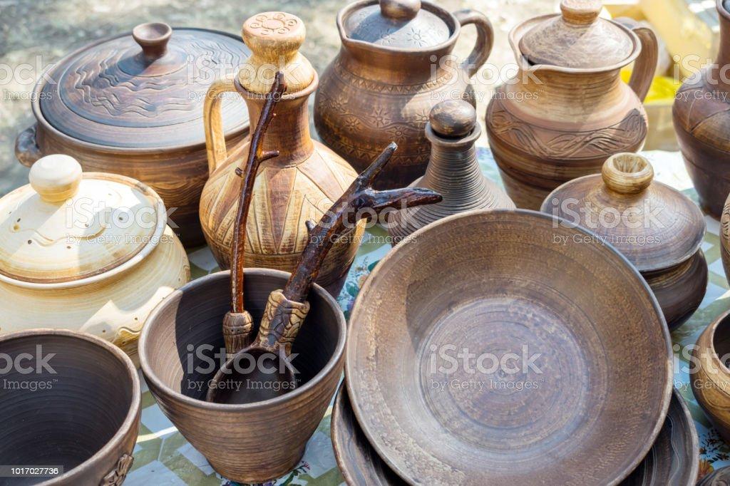 Tongeschirr Traditionelle Rustikale Geschirr Braun Und Beige Keramik Teller Kruge Vasen Und Topfe Stockfoto Und Mehr Bilder Von Alt Istock