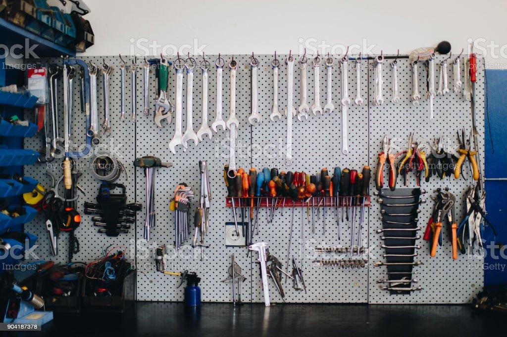 Outils propres et disposés sur le mur - Photo