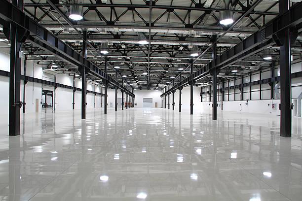 sauber und leer zimmer des modernen fabrik - bodenleuchten stock-fotos und bilder