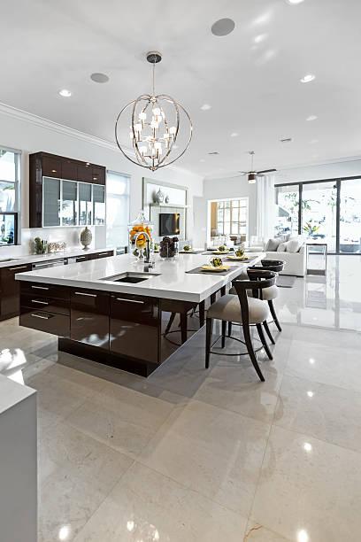 saubere und glänzende, moderne küche im innenbereich. - feng shui einrichten stock-fotos und bilder