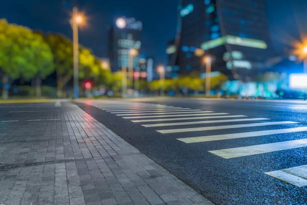 route asphaltée propre - passage balisé photos et images de collection