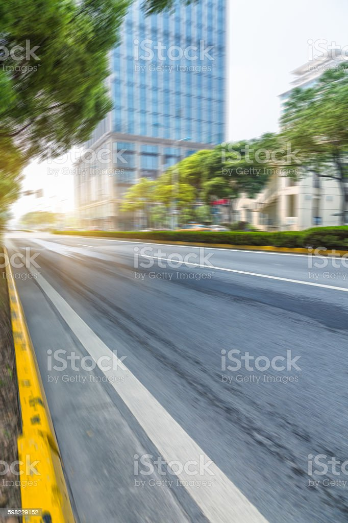 clean asphalt road with city skyline background foto royalty-free