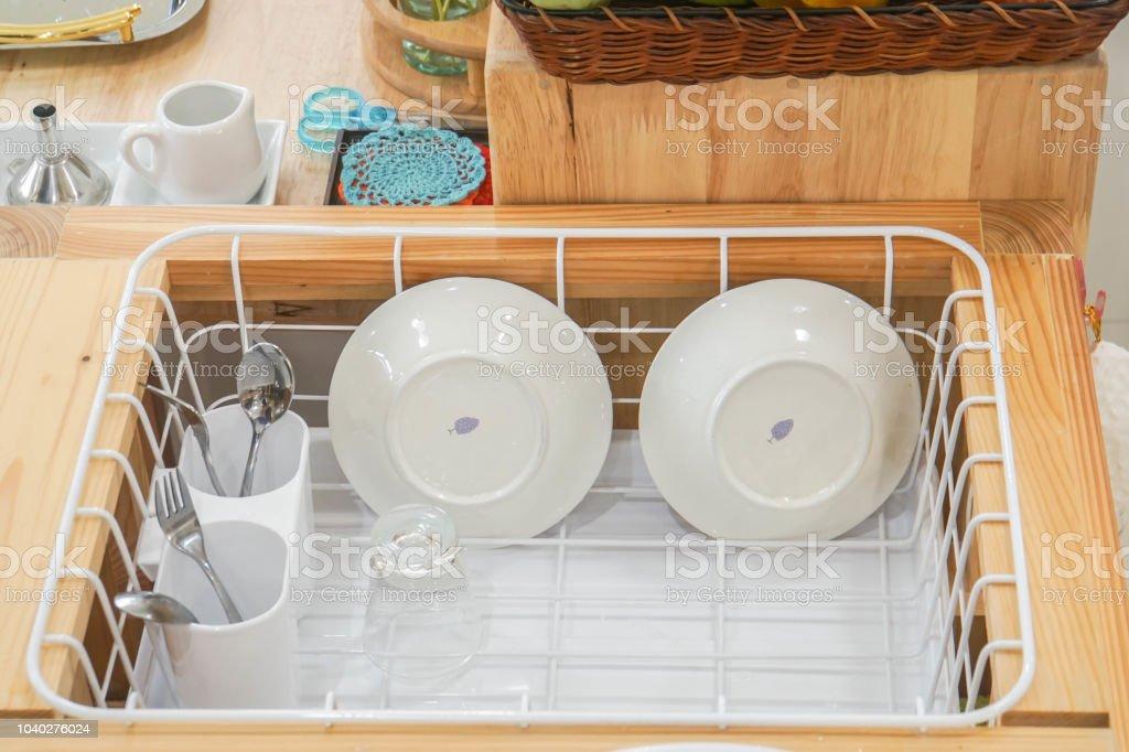 Reinigen Sie Keramik Teller Und Edelstahl Besteck In Kunststoff Abtropfbecken Nach Dem Waschen Stockfoto Und Mehr Bilder Von Abfluss Istock