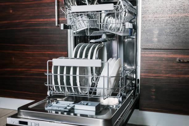 sauberes Geschirr und Besteck in der Spülmaschine – Foto