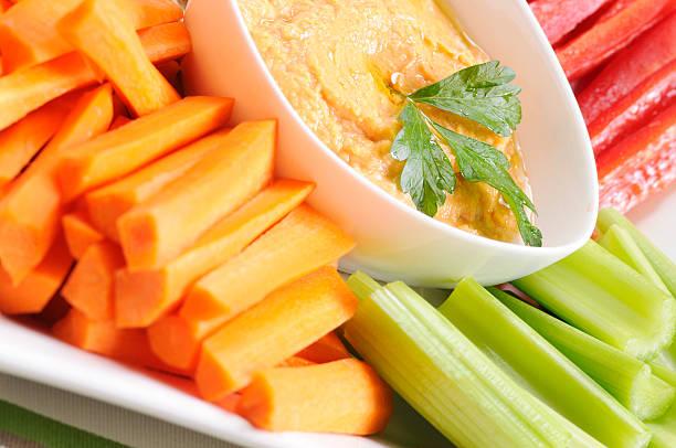 Clean Eating Serie: Frisches Gemüse und Hummus aus roter Paprika – Foto