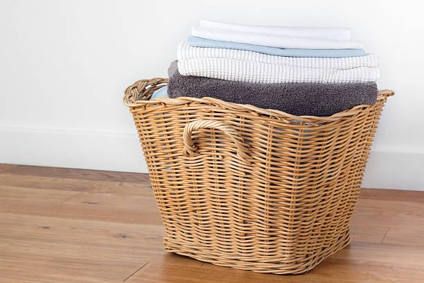 saubere wäscherei - kleidung falten stock-fotos und bilder