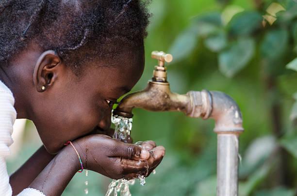 pulire la scarsità di acqua dolce simbolo:  nero ragazza beve da tocca - bambine africa foto e immagini stock