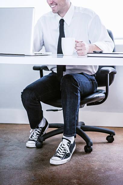 Limpar escritório moderno e homem de negócios - foto de acervo