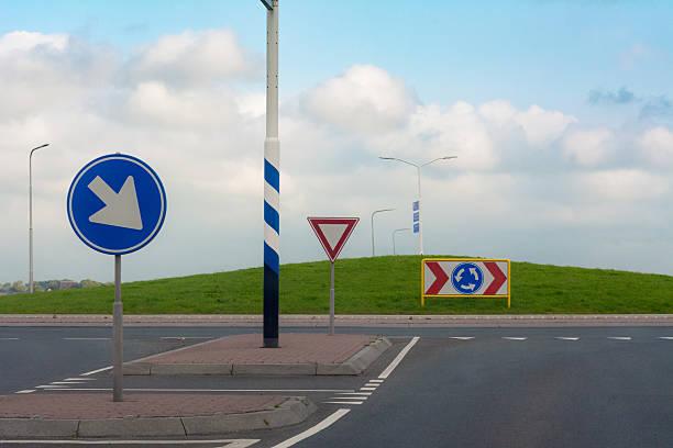 clean new european right drive roundabout - rond point carrefour photos et images de collection