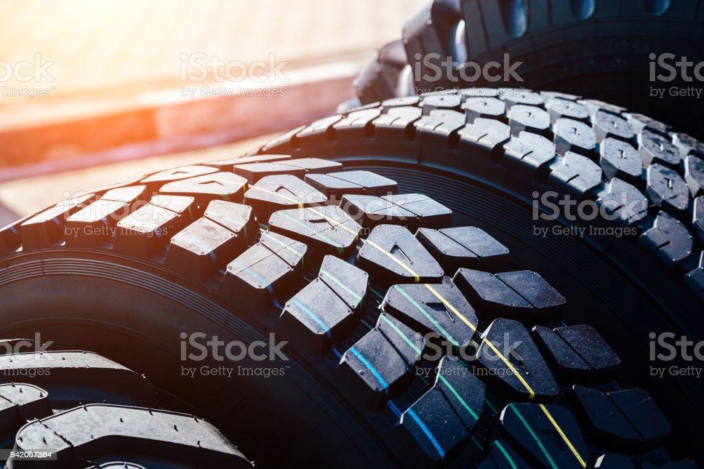 Saubere neue moderne LKW-Reifen. Nahaufnahme der Oberfläche - Lizenzfrei Aufführung Stock-Foto