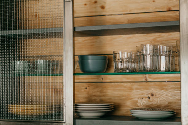 Saubere Teller und Gläser im Regal – Foto