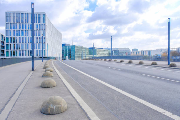 sauberer straßenfahrzeuge in berin - berlin tempelhof stock-fotos und bilder