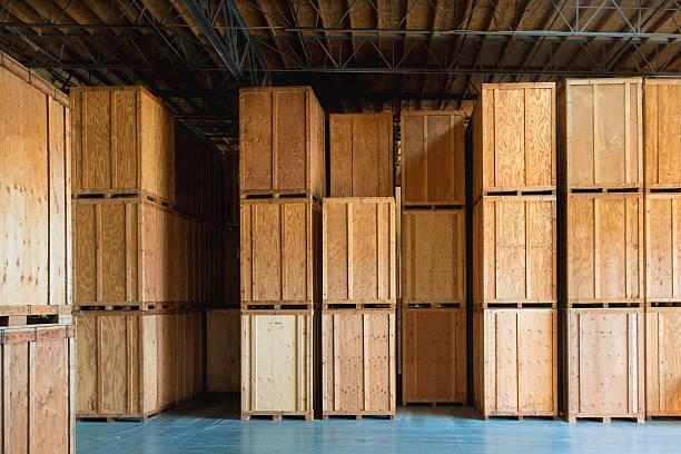 saubere aufbewahrung lagerhaus mit individuellen tragekörbe - holzkiste stock-fotos und bilder