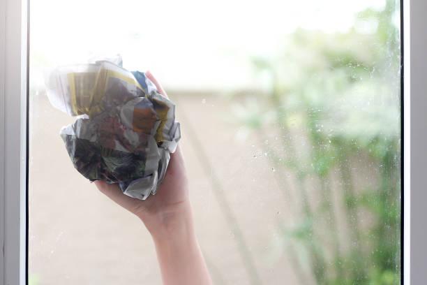 reinigen sie das glas - auto trennwand stock-fotos und bilder