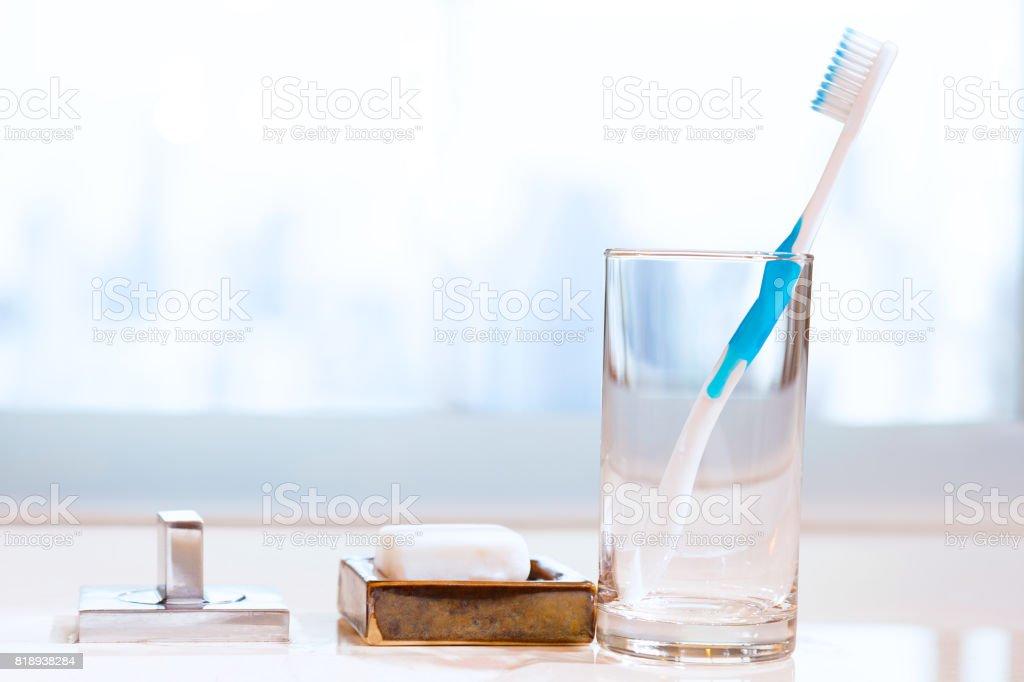 乾淨的牙刷在白色肥皂和模糊的背景,概念的健康生活方式、 文本或文本的房間浴室檯面上的透明玻璃圖像檔