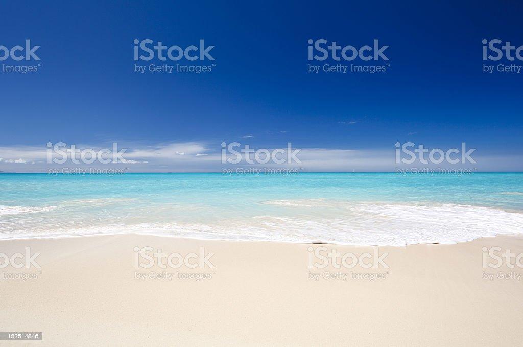 Sauberen weißen karibischen Strand mit blauer Himmel – Foto