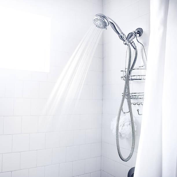 sauber weiß dusche - sonnendusche stock-fotos und bilder