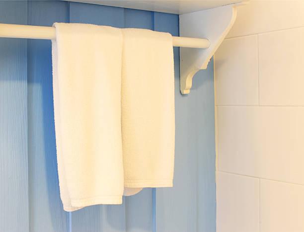sauber weiß handtuch auf einem kleiderbügel - badmöbel gäste wc stock-fotos und bilder