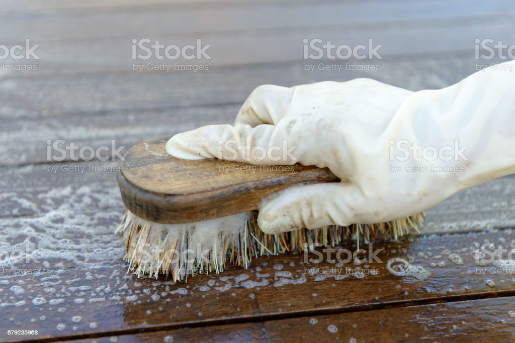 Cleaning a table with a hard brush photo libre de droits