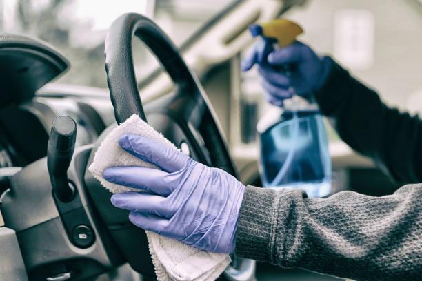 Reinigung des Autolenkrads. – Foto