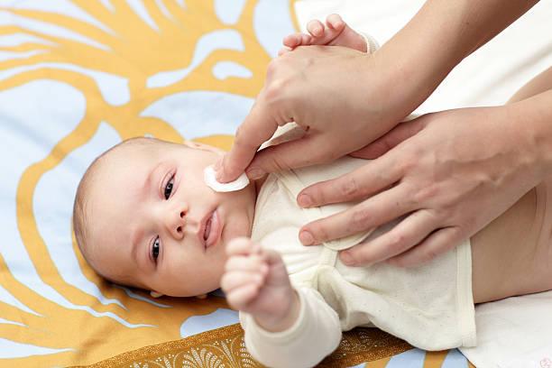 Bebé de limpieza de la piel - foto de stock