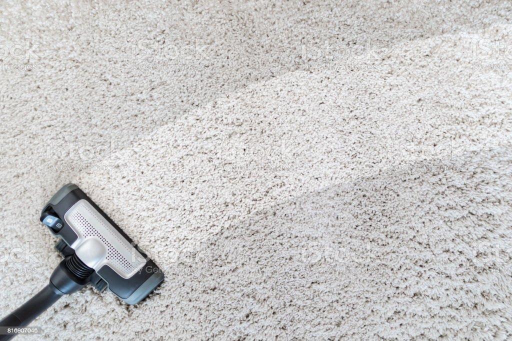 Limpieza aspiradora de alfombras. - foto de stock