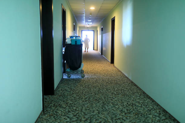Carrito de limpieza en el corredor del hotel - foto de stock