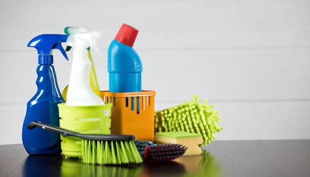 Concepto con suministros de limpieza - foto de stock