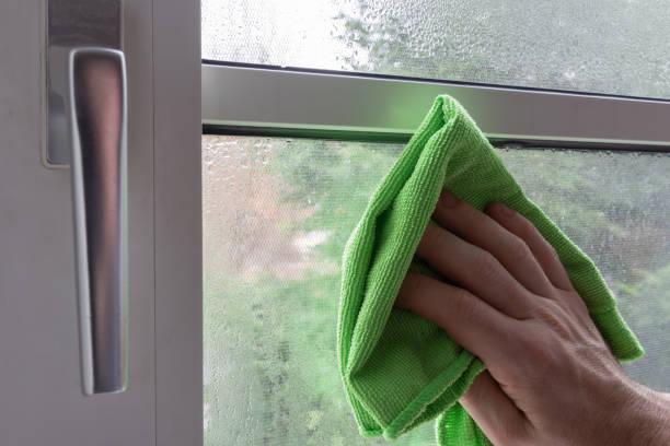 kondensat in einem plasic gerahmte fenster reinigung - dampfreiniger fenster stock-fotos und bilder