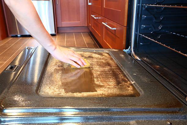 suja de limpeza sujos forno - burned oven imagens e fotografias de stock