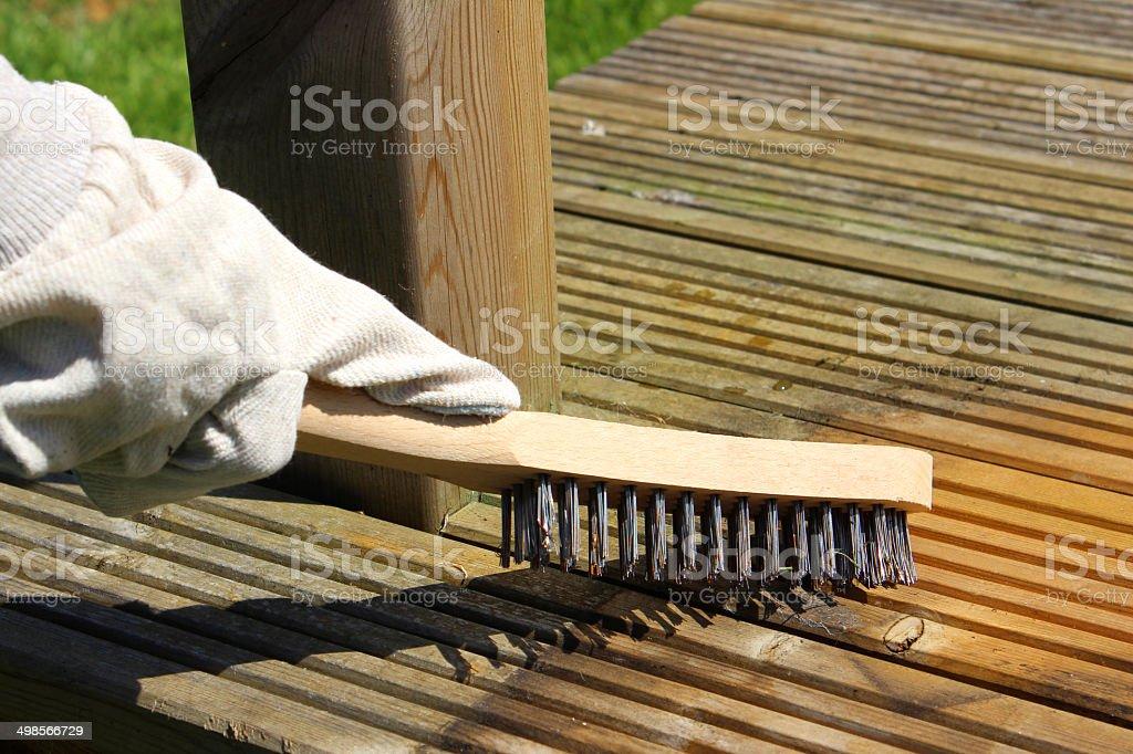 Limpiar Suciedad Terraza De Madera A Mano Con Cepillo De