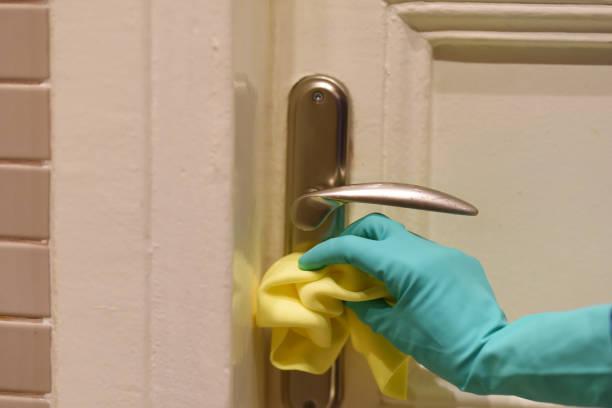 Reinigung des Türgriffs gegen Viren – Foto