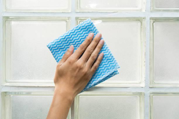 glas-putzstein von frau hand - glaswaschtisch stock-fotos und bilder