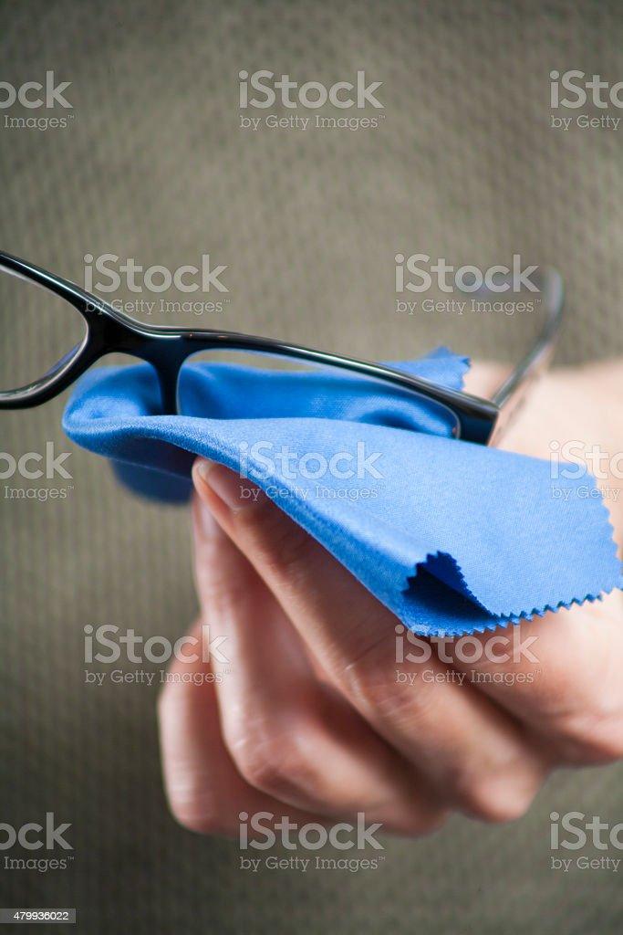 Reinigung der Gläser mit blauem Stoff – Foto