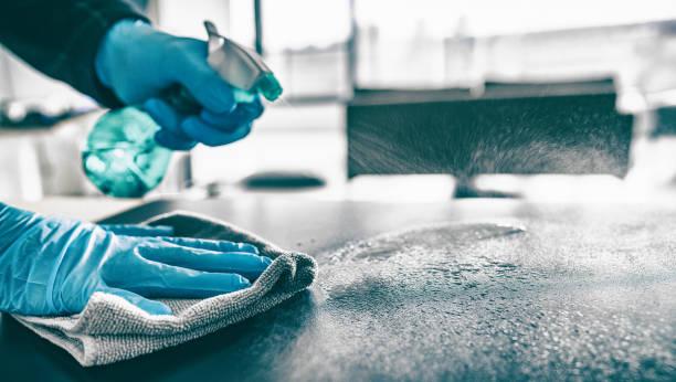 rengöring hem bord sanera köksbordet yta med desinfektionsmedel spray flaska tvättytor med handduk och handskar. covid-19 förebyggande sanering inuti - arbetssäkerhet bildbanksfoton och bilder