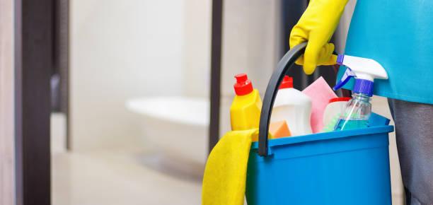 senhora da limpeza com um balde na mão. - banheiro estrutura construída - fotografias e filmes do acervo