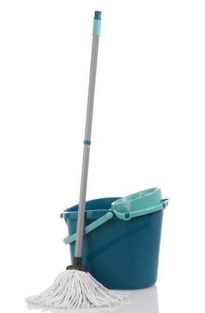 schoonmaak mop en emmer - emmer stockfoto's en -beelden