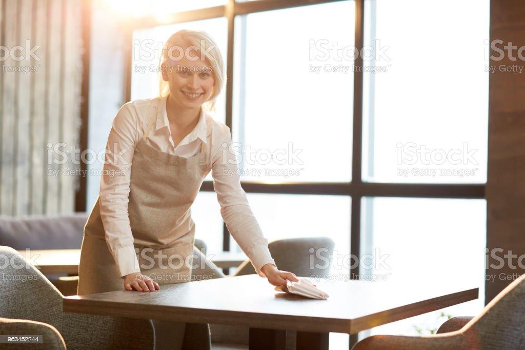 Czyszczenie stołów po klientach - Zbiór zdjęć royalty-free (Sprzątać)