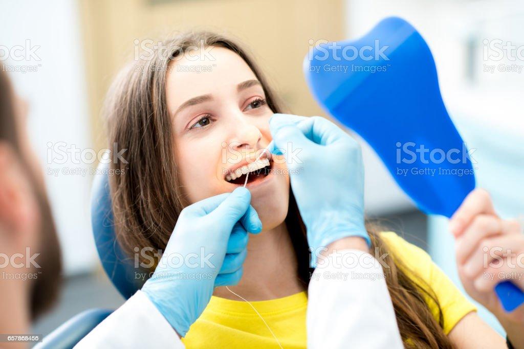 944f8fa6b Foto de Limpeza Com Fio Dental Dentes e mais fotos de stock de ...