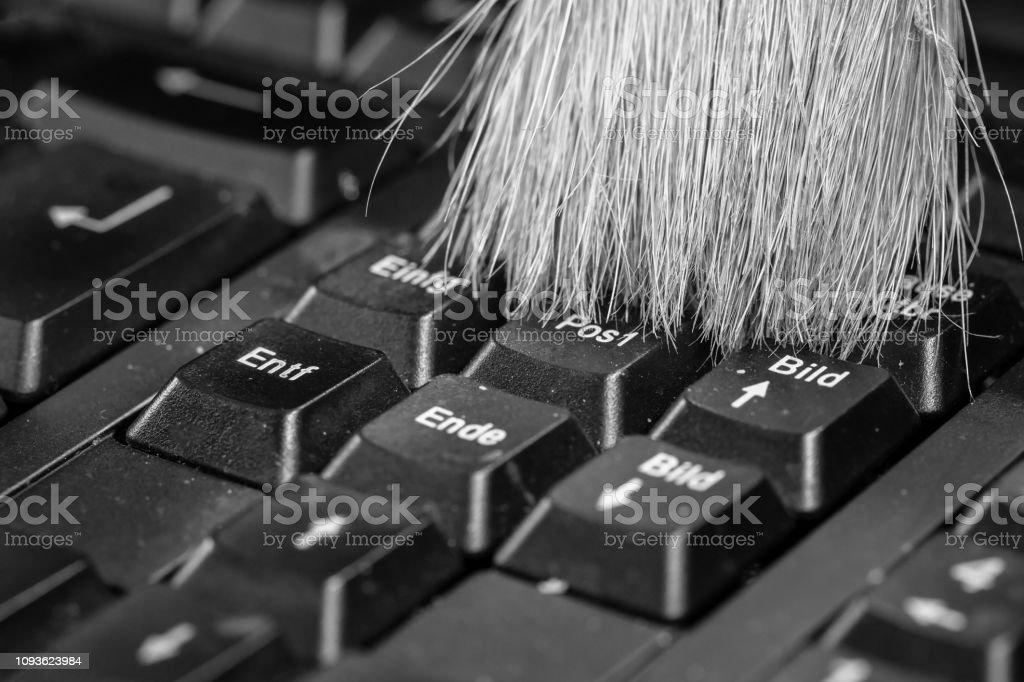 0618 Reinigung der Computertastatur mit einem Pinsel in schwarz weiß – Foto