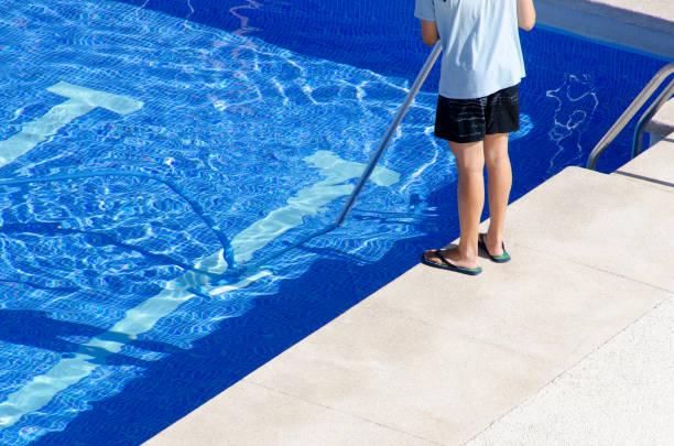 reinigung der schwimmbad-boden - flip flops reparieren stock-fotos und bilder