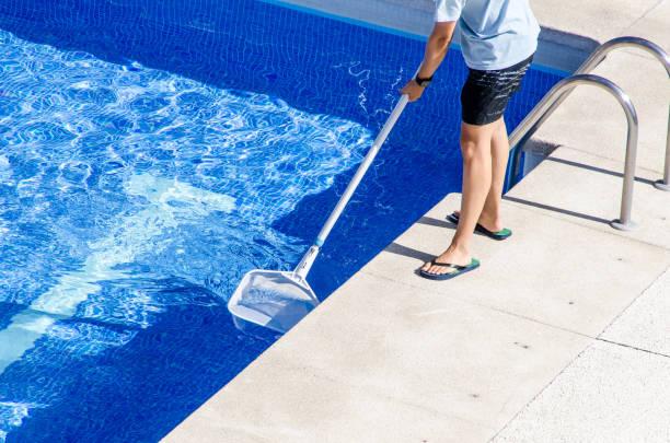 reinigung der pool mit einem netz - flip flops reparieren stock-fotos und bilder