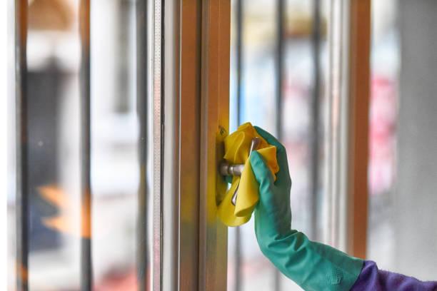 Reinigung des Fenstergriffs gegen Viren – Foto