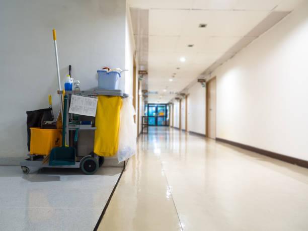 reinigungswerkzeuge warenkorb warten magd oder reinigungskraft im krankenhaus. eimer und satz von reinigungsgeräten im krankenhaus. konzept des service, arbeitskraft und ausrüstung für sauberere und gesundheit - hausmeister stock-fotos und bilder