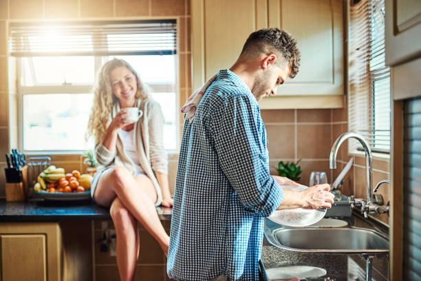 reinigung nach dem frühstück - einen gefallen tun stock-fotos und bilder