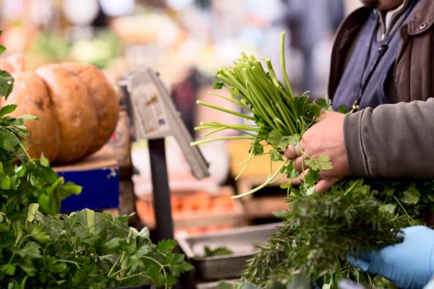 pulire le verdure al mercato - roma foto e immagini stock