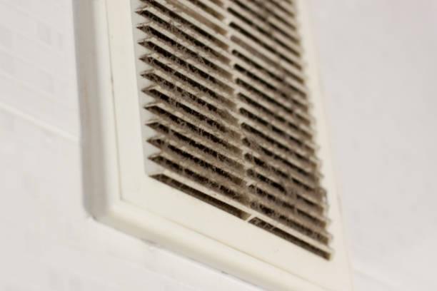 reinigung lüftung kunststoff staub. der filter ist komplett mit staub und schmutz verstopft. schmutzigen belüftung des raumes. desinfektion service. - luftfilter stock-fotos und bilder